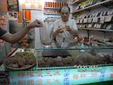 這些看起來像煎堆的,叫愛玉,喝了一杯,撇開味道不說,裡面那些?喱狀的東西,跟香港許留山的燕窩蜂蜜爽幾乎一模一樣。