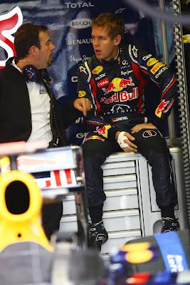 Себастьян Феттель в боксох Red Bull разговаривает с кем-то на Гран-при Венгрии 2011