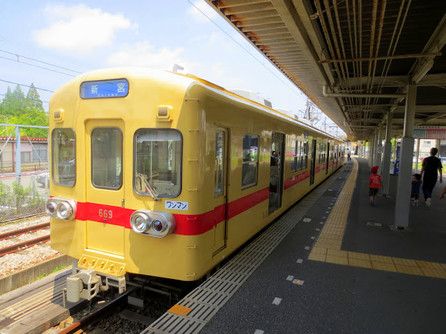The Nishitetsu Kaizuka Line train, at the Shingu stop