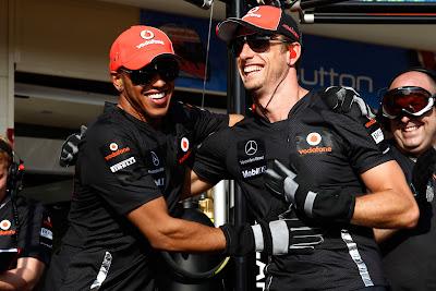 Льюис Хэмилтон и Дженсон Баттон обнимаются после соревнования по замене колеса на Гран-при Европы 2011