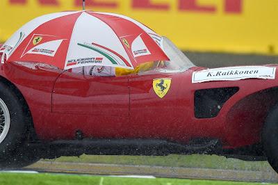 Кими Райкконен под зонтиком на параде пилотов Гран-при Японии 2014