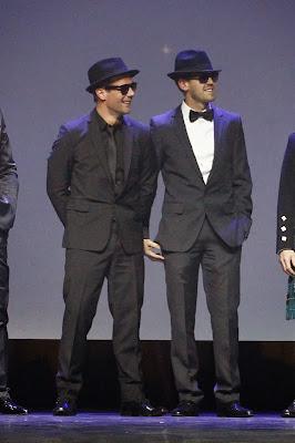 Братья Блюз Себастьян Феттель и Себастьян Леб в черных очках и шляпах на церемонии FIA Prize Giving Gala 2013