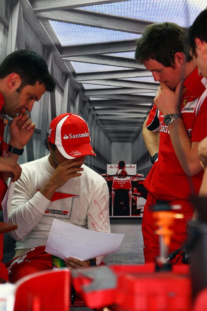 Фелипе Масса и Роб Смедли с механиками Ferrari в боксах на Гран-при Монако 2011