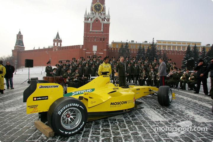 болид Jordan 2005 на Красной площади на кремля и оркестра в Москве 2005