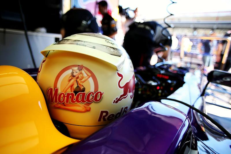 шлем Себастьяна Феттеля с девушкой на Гран-при Монако 2013