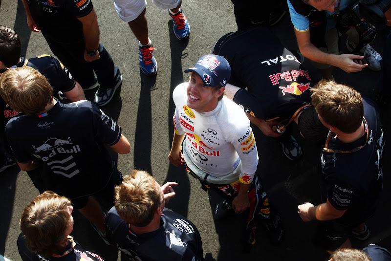Себастьян Феттель смотрит на небо Монцы на Гран-при Италии 2011