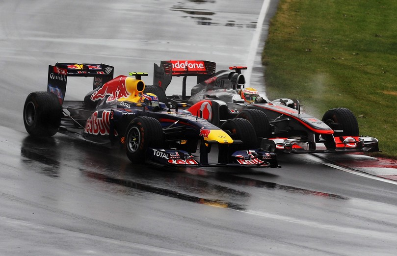 Марк Уэббер и Льюис Хэмилтон проходят поворот бок о бок на Гран-при Канады 2011