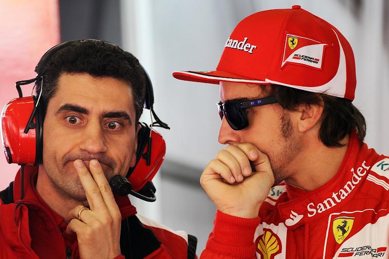 Андреа Стелла и Фернандо Алонсо переговариваются на Гран-при Китая 2012
