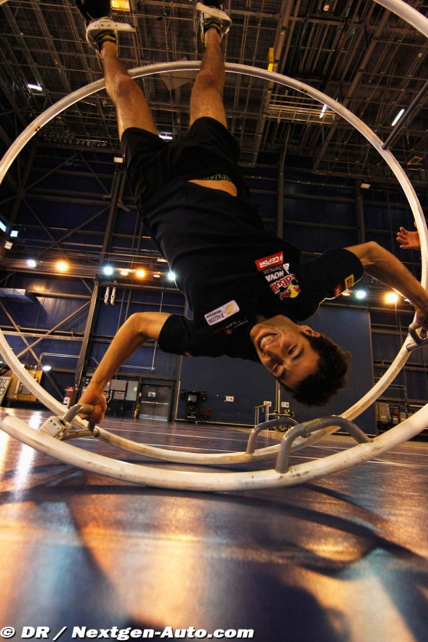 Даниэль Риккардо верх ногами в круге в Монреале перед Гран-при Канады 2012