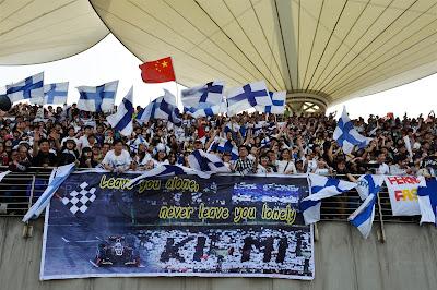болельщики Кими Райкконена с баннером на трибуне Шанхая на Гран-при Китая 2013