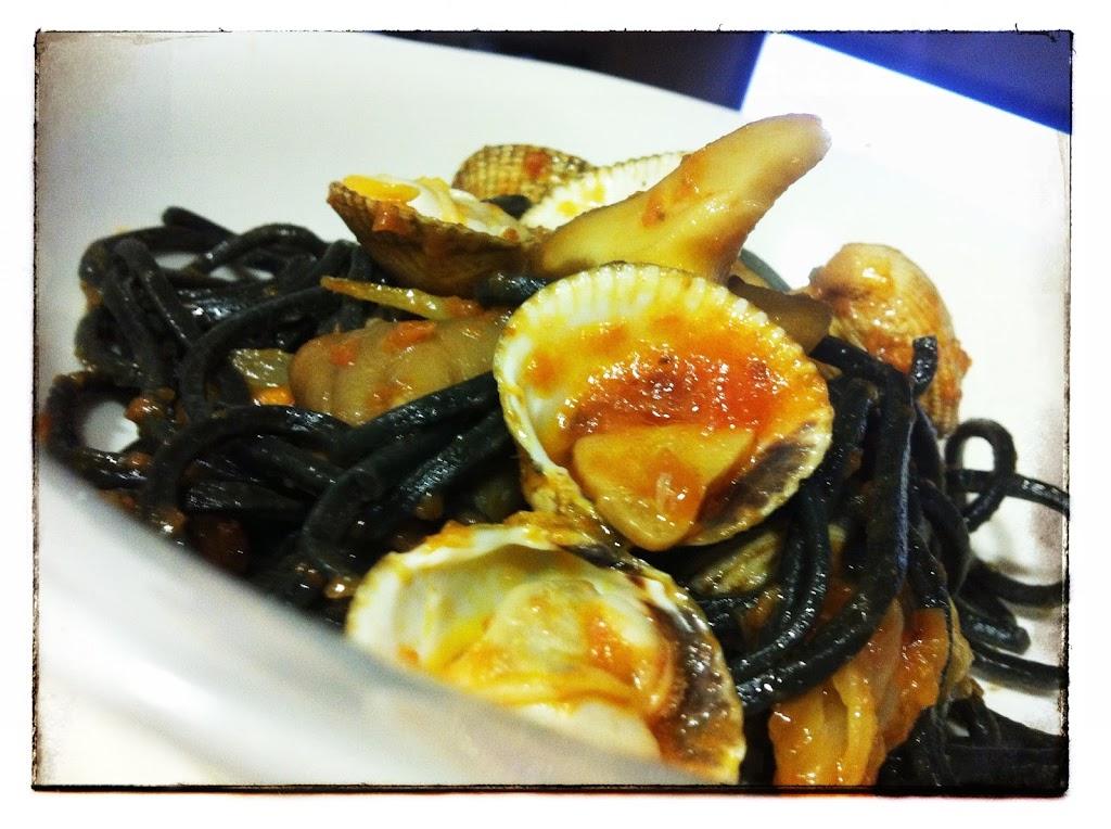 Spaghetti de tinta con berberechos y gírgolas restaurante a domicilio Mejor en casa