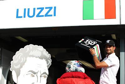 Витантонио Льюцци демонстрирует специальный шлем к Гран-при Италии 2011 в Монце