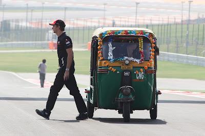 Дженсон Баттон уходит проч от индийской машинки на трассе Буддх на Гран-при Индии 2011
