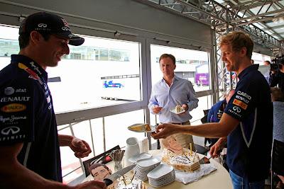 Себастьян Феттель отрезает кусочек торта Даниэлю Риккардо на Гран-при Великобритании 2014