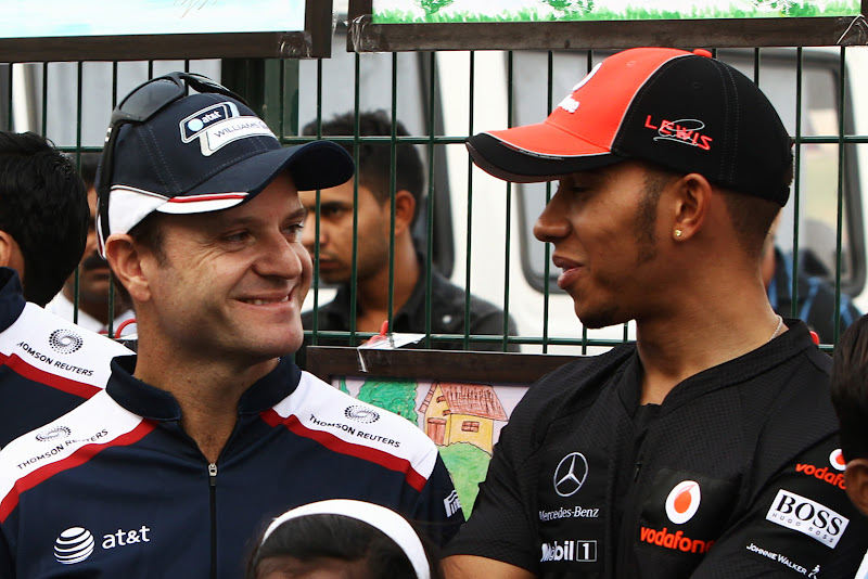 улыбающиеся Рубенс Баррикелло и Льюис Хэмилтон на Гран-при Индии 2011