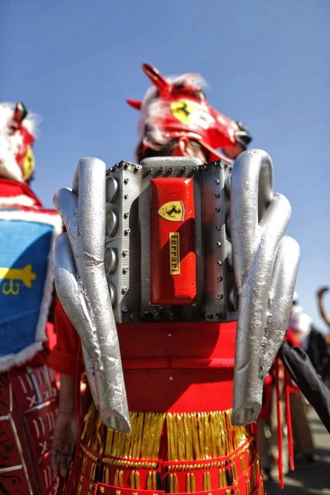 болельщик Ferrari в боевом костюме лошади с двигателем на спине на Гран-при Японии 2013