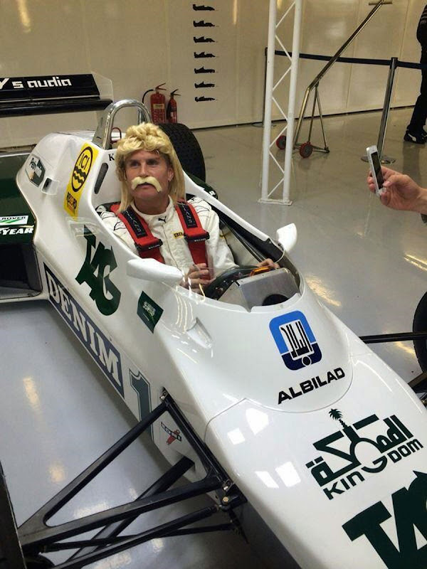 Дэвид Култхард в парике, усах и болиде Williams FW 8C Кеке Росберга