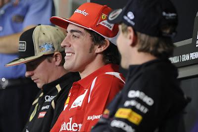спящий Кими Райкконен и Фернандо Алонсо с Себастьяном Феттелем на пресс-конференции в четверг на Гран-при Испании 2012