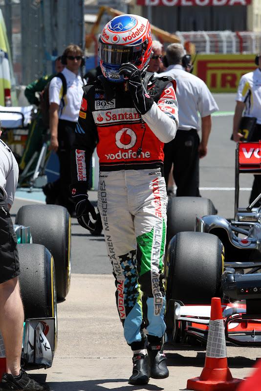Дженсон Баттон во время квалификации в специально подготовленном для Гран-при Европы 2011 комбинезоне от Hugo Boss