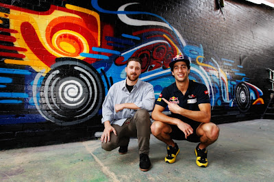 Даниэль Риккардо и граффити болида Формулы-1 на Гран-при Австралии 2012