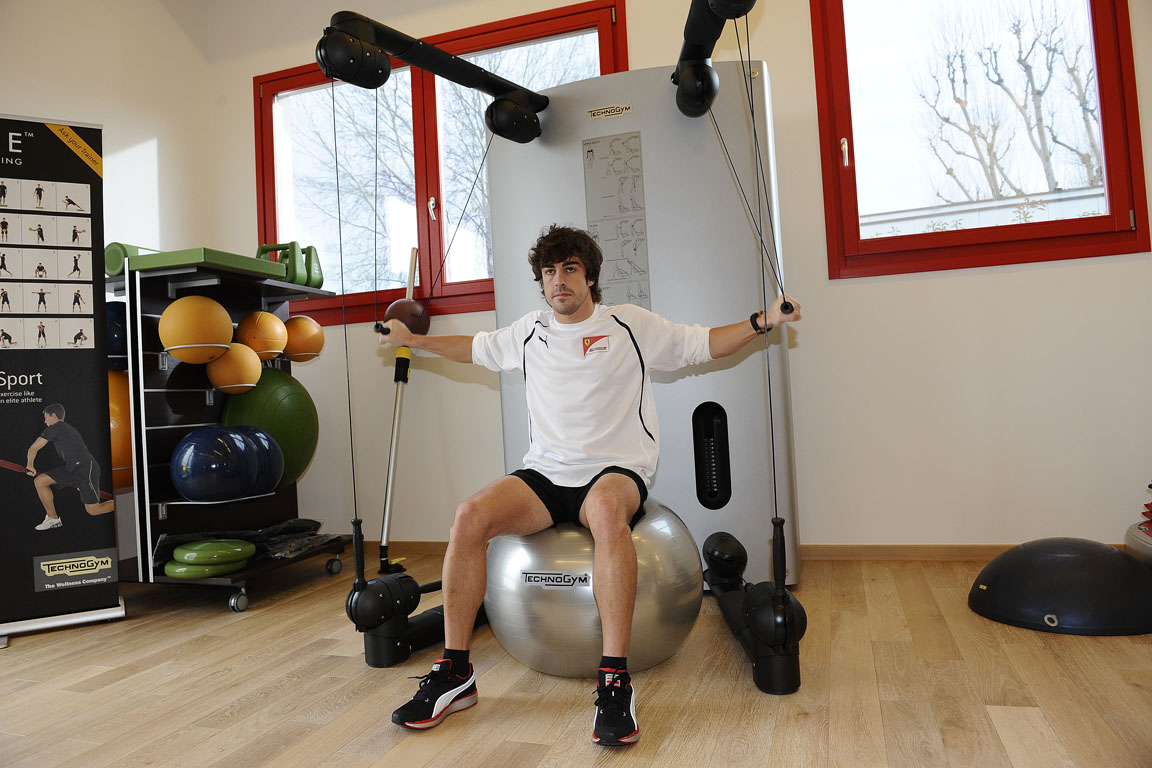 Фернандо Алонсо выполняет упражнения в новом тренажерном зале в Маранелло 17 декабря 2011