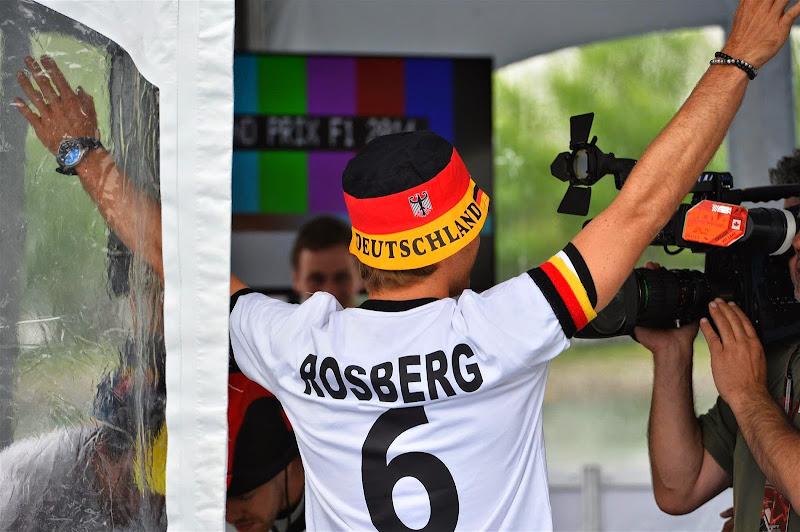 Нико Росберг болеет за Германию в футболе на Гран-при Канады 2014