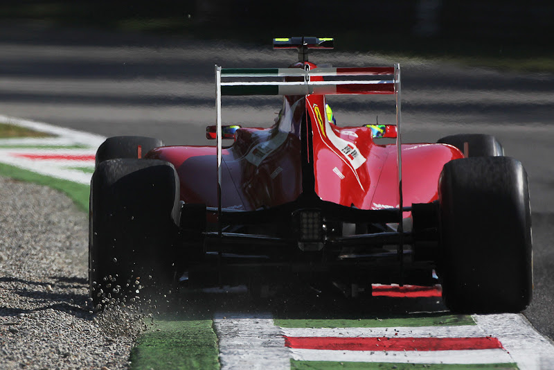 Фелипе Масса на Ferrari задевает гравийную ловушку Монцы на Гран-при Италии 2011
