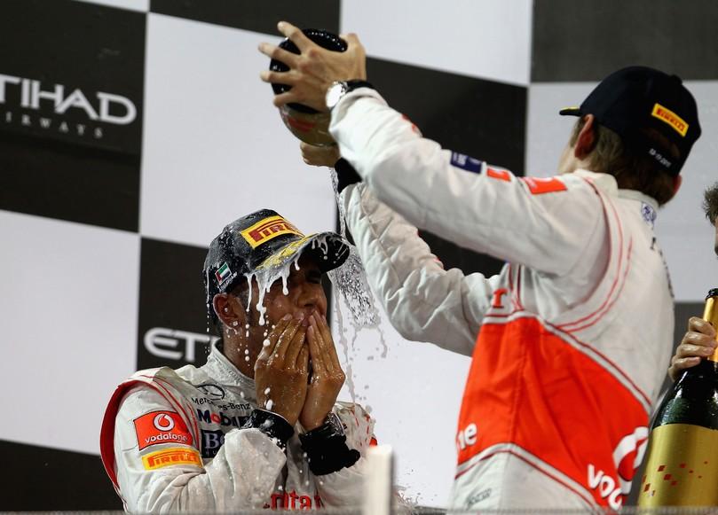 Льюис Хэмилтон под шампанским Дженсона Баттона на подиуме Гран-при Абу-Даби 2011