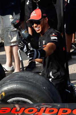 Льюис Хэмилтон с гайковертом во время пит-стопа McLaren в Валенсии на Гран-при Европы 2011