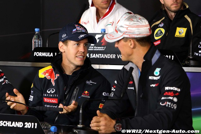 Себастьян Феттель разводит руками перед Михаэлем Шумахером на пресс-конференции Гран-при Германии 2011 в черверг