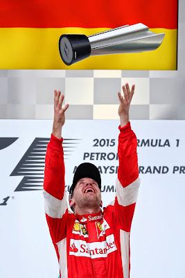 Себастьян Феттель подбрасывает победный кубок на подиуме Гран-при Малайзии 2015