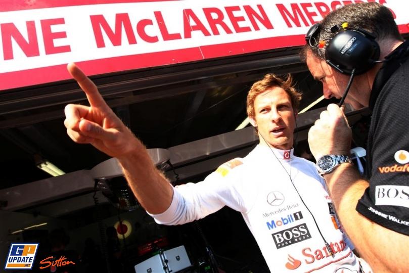 Дженсон Баттон указывает на что-то палецем механику на Гран-при Монако 2011