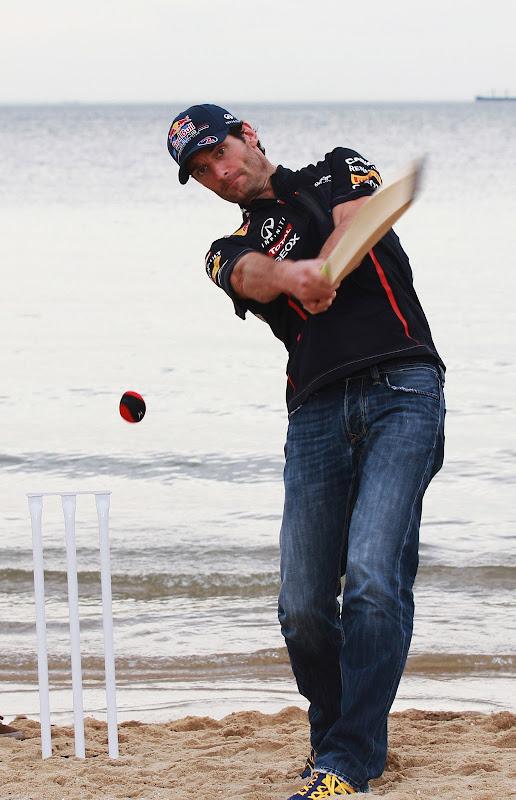 Марк Уэббер играет в крикет на пляже в Мельбурне перед Гран-при Австралии 2012
