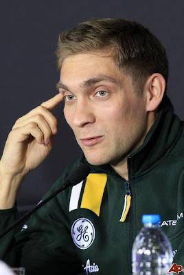 размышляющий Виталий Петров на пресс-конференции Гран-при Китая 2012