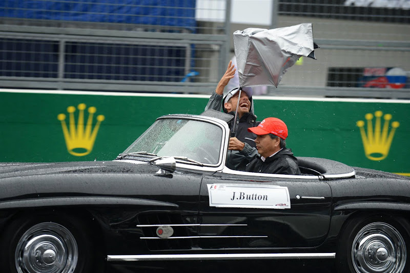 Дженсон Баттон и зонтик на параде пилотов Гран-при Японии 2014