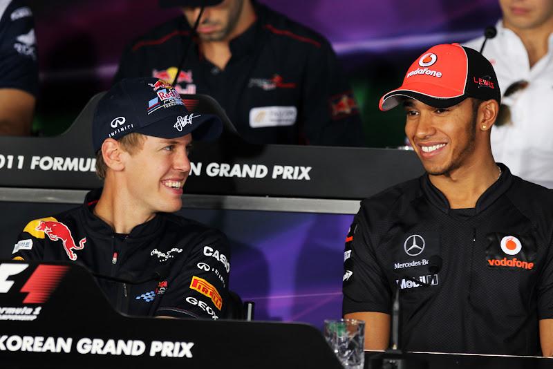 Себастьян Феттель и Льюис Хэмилтон улыбаются на пресс-конференция Йонама в четверг на Гран-при Кореи 2011