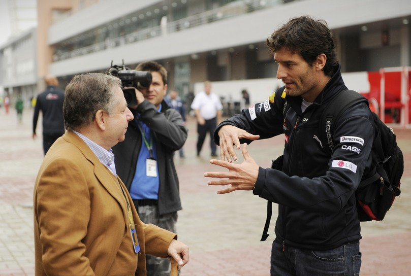 Марк Уэббер активно жестикулирует и объясняет что-то Жану Тодту на Гран-при Кореи 2010