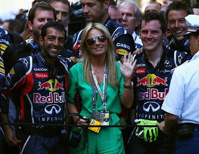 Джерри Холливел в окружении механиков Red Bull на церемонии награждения победителей Гран-при Монако 2011