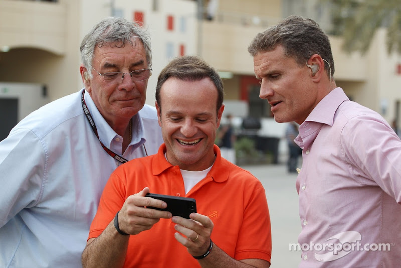 Гэри Андерсон, Рубенс Баррикелло и Дэвид Култхард рассматривают что-то на телефоне на Гран-при Бахрейна 2013