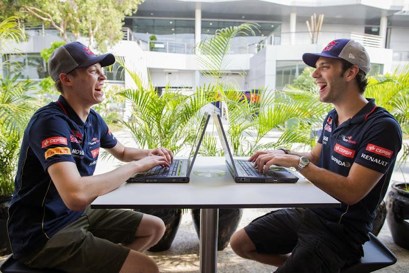 Даниил Квят и Жан-Эрик Вернь с ноутбуками на Гран-при Малайзии 2014