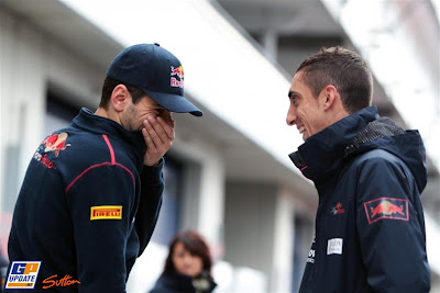 Хайме Альгерсуари и Себастьян Буэми смеются на пит-лейне Нюрбургринга на Гран-при Германии 2011