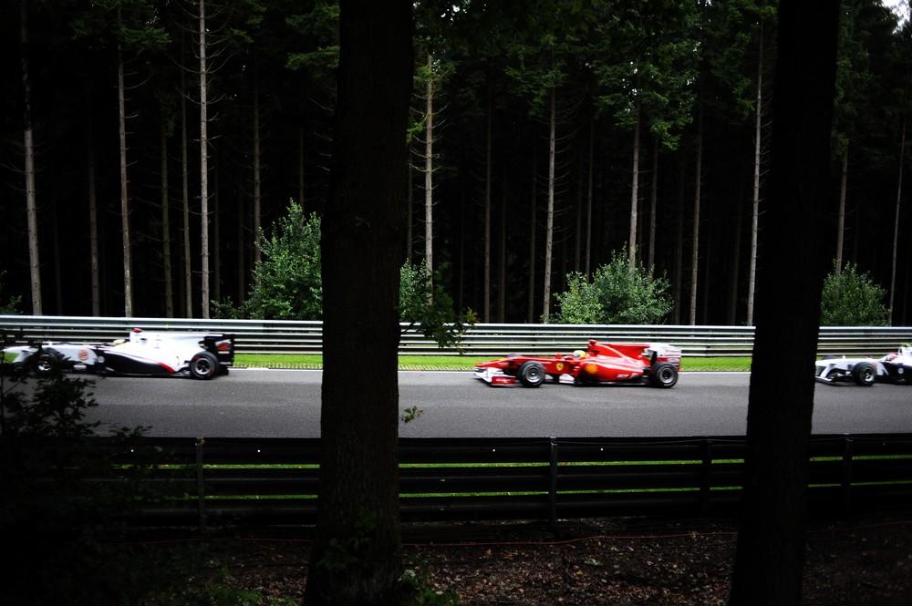 фото болидов Sauber и Ferrari из леса на Гран-при Бельгии 2010