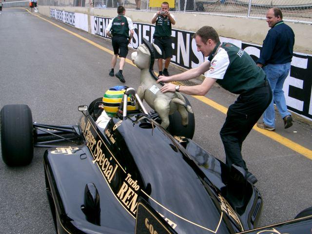 Бруно Сенна получает талисман ослика donkey does f1 на Гран-при Бразилии 2004