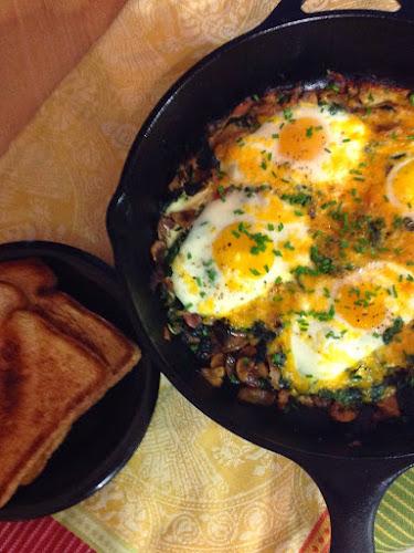 Szpinak pieczarki bekon Jajka śniadanie