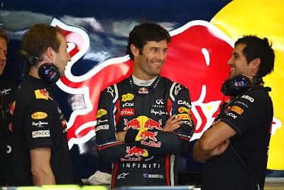 Марк Уэббер с механиками в боксах Red Bull на Гран-при Венгрии 2011