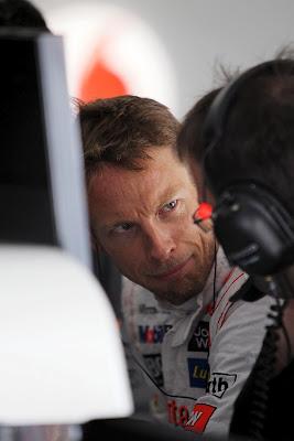 озадаченный Дженсон Баттон со своим инженером на Гран-при Китая 2012
