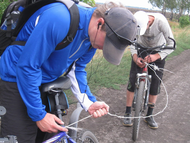 приготовление к буксировке велосипеда с помощью веревки