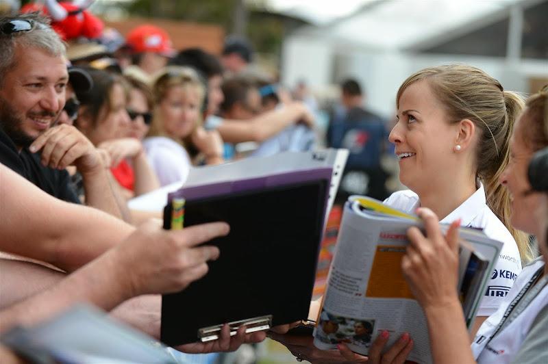 Сьюзи Вольф раздает автографы болельщикам на Гран-при Австралии 2013