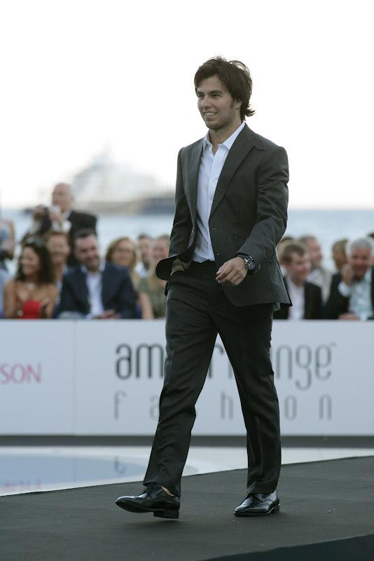 Серхио Перес идет по подиуму в костюме на Amber Fashion Show Гран-при Монако 2011