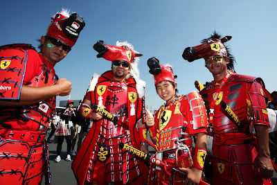 болельщики Ferrari в боевых костюмах красной команды на Гран-при Японии 2011